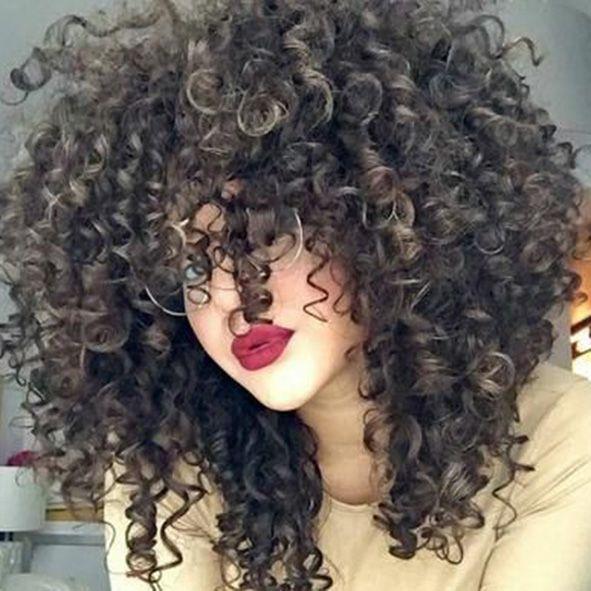 corte de pelo rizado largo con flequillo a capas largas y degradados moure (1)