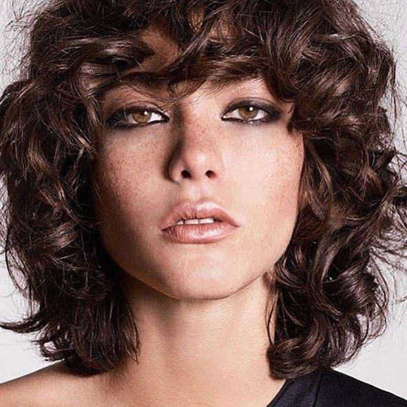 corte media melena pelo rizado a capas con flequillo años 80 moure (5)